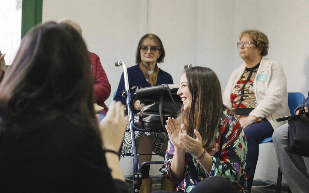 Carolina durante un taller de ECO. Música y comunidad en Residencias de Mayores. Residencia de Mayores de Ofra, 2019. Fotografía de Iván Delgado (Nevus Visual).