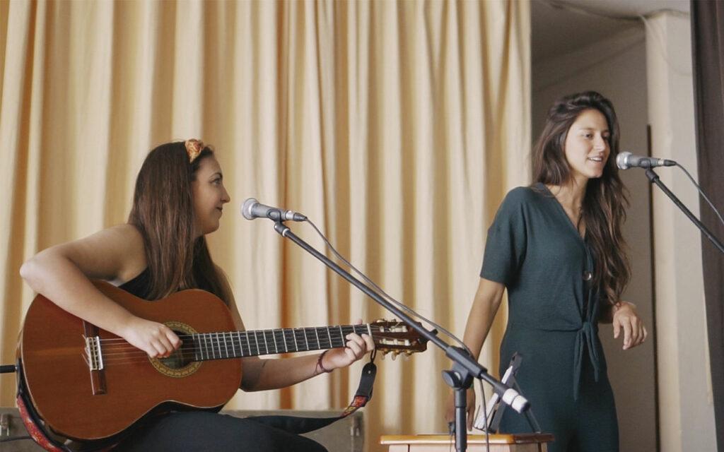 Carolina y Lucía durante un taller de ECO. Música y comunidad en Residencias de Mayores. Residencia de Mayores de Ofra, 2019. Fotografía de Iván Delgado (Nevus Visual).