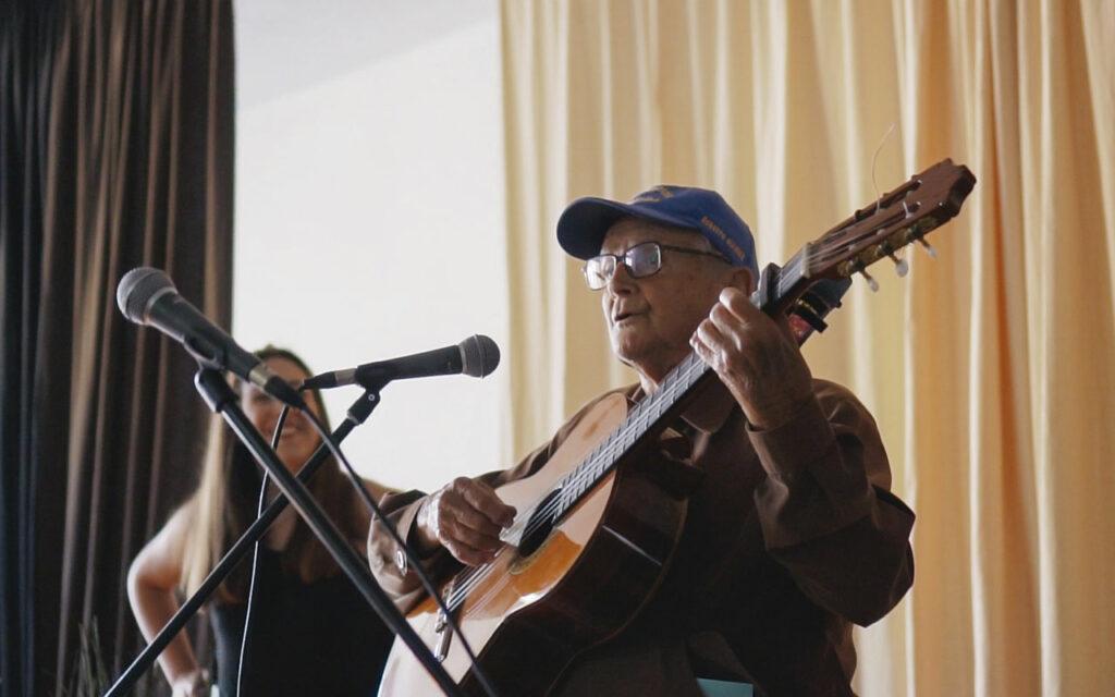 Momento durante el concierto final de ECO. Música y comunidad en Residencias de Mayores. Residencia de Mayores de Ofra, 2019. Fotografía de Iván Delgado (Nevus Visual).