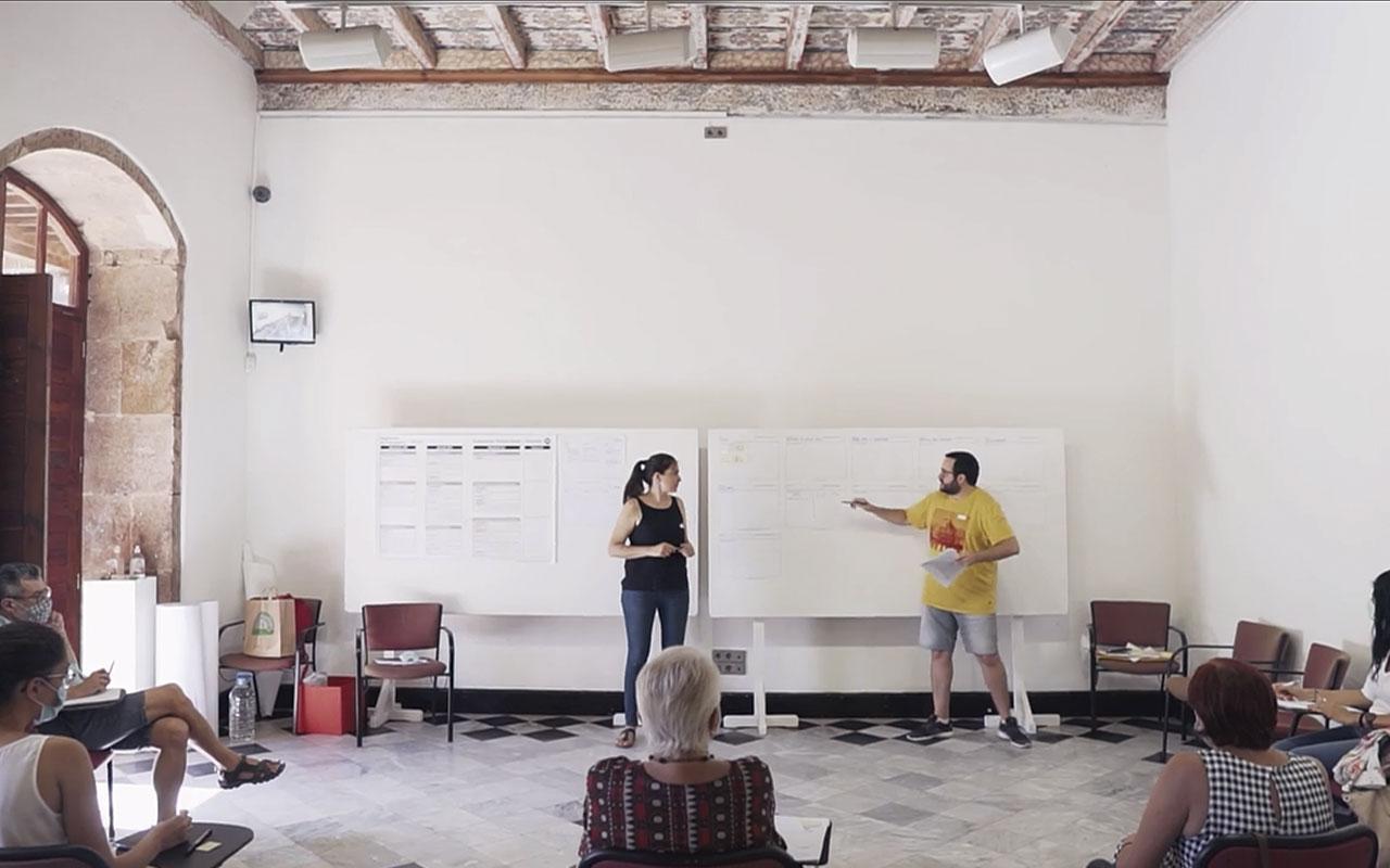 María Tomé y Bentejui Hernández de la Oficina de Innovación Cívica S. Coop. dinamizando un taller presencial durante el proceso participativo para la redacción del Reglamento de Participación Ciudadana de La Laguna