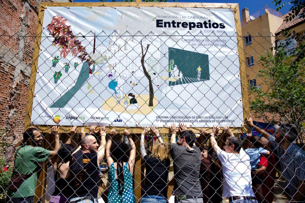 """Puesta cartel Entrepatios """"Las Carolinas"""" (Madrid)"""